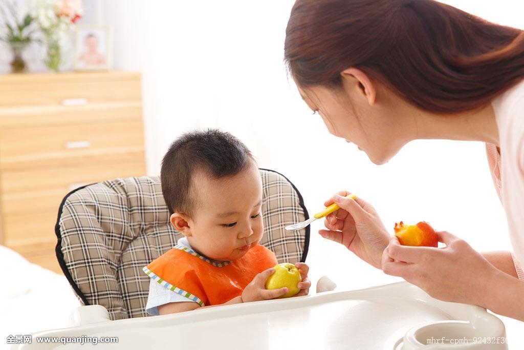 妈妈喂宝宝吃水果图片