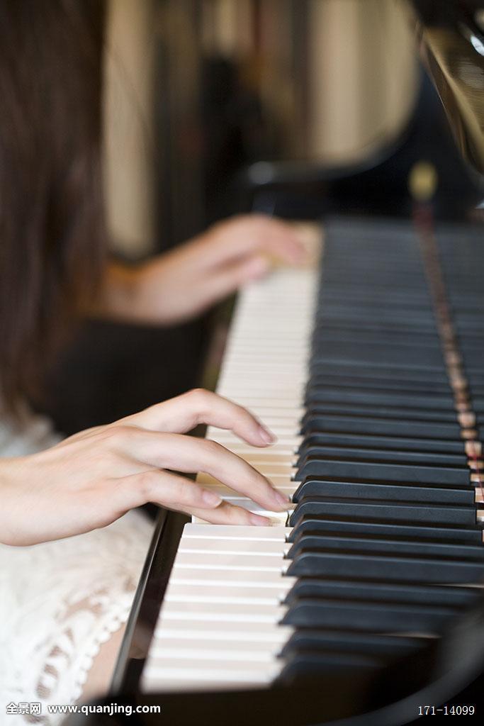 弹钢琴女性手图片