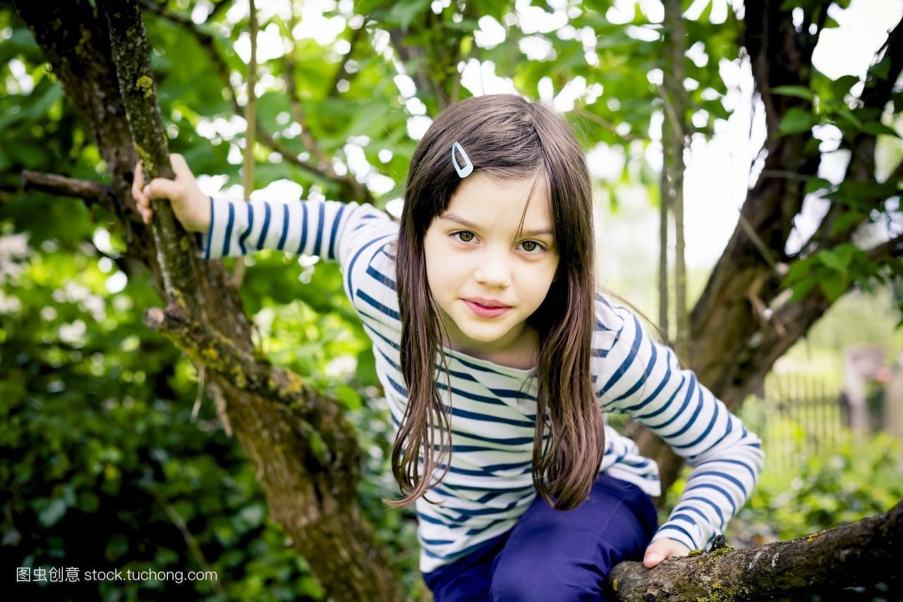 人,欧洲,彩色图片,树,孩子,户外,小孩子,童年,棕色头发,摄影,自然,攀图片