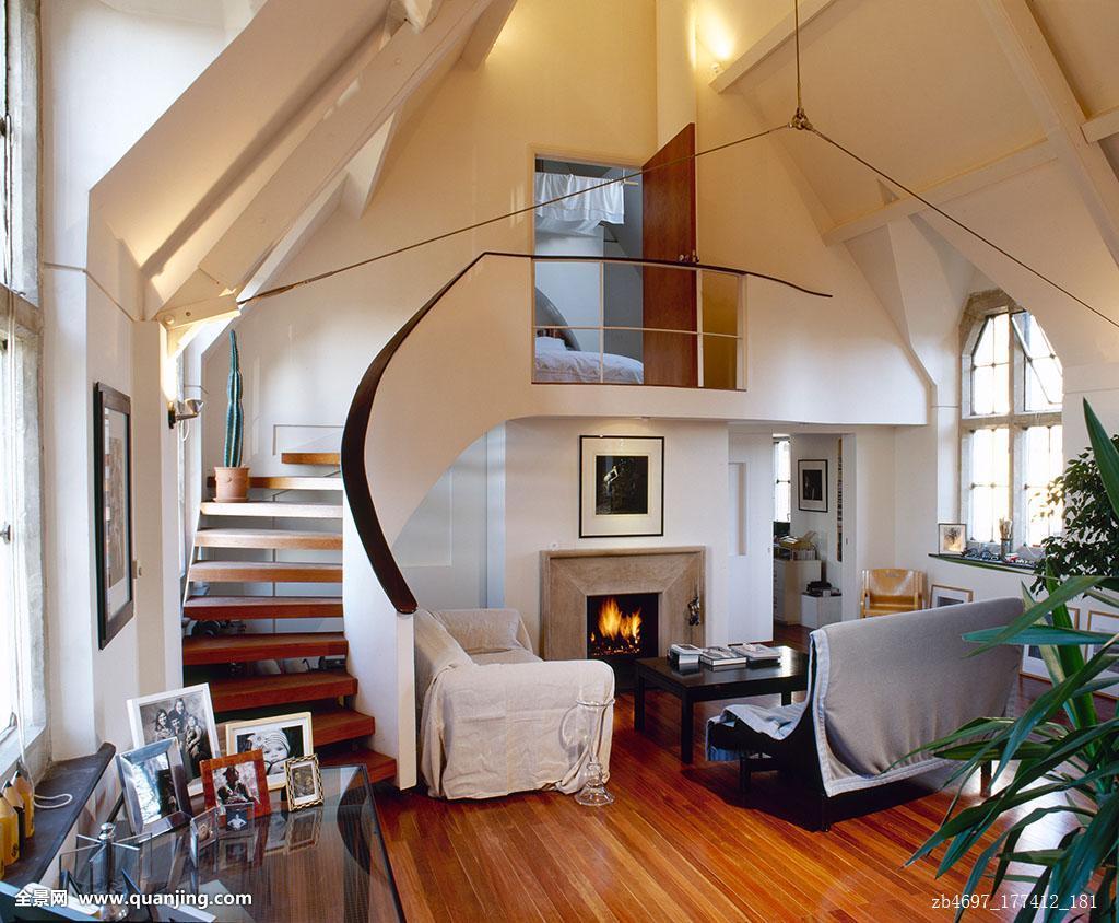 宽敞教堂转换木地板沙发照亮壁炉弯曲楼梯阁楼卧室图片