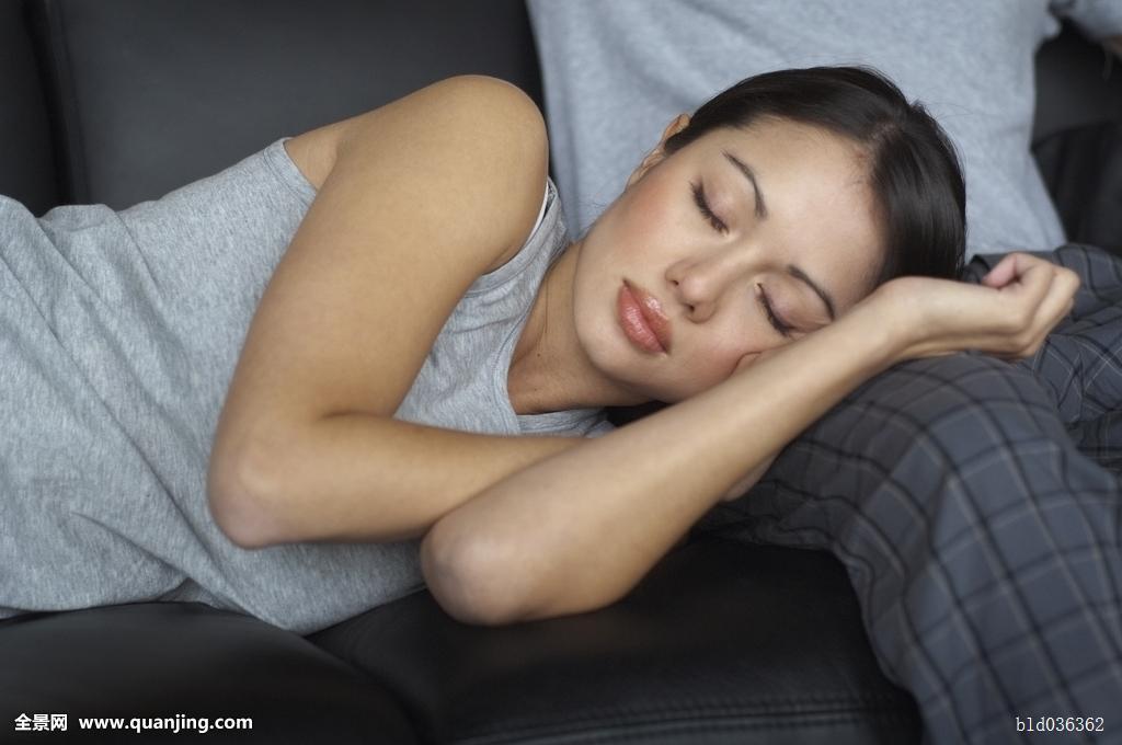 晚上为什么不能穿文胸睡觉:女人晚上能不能穿文胸。睡觉?