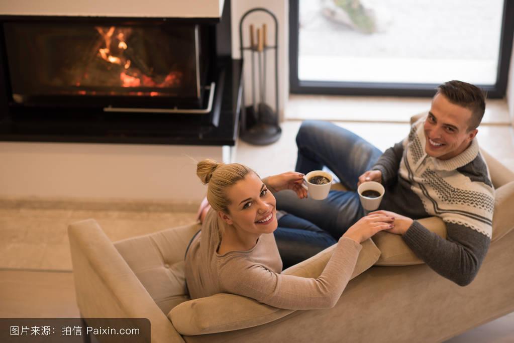 56成人影院_坐在沙发上的浪漫情侣