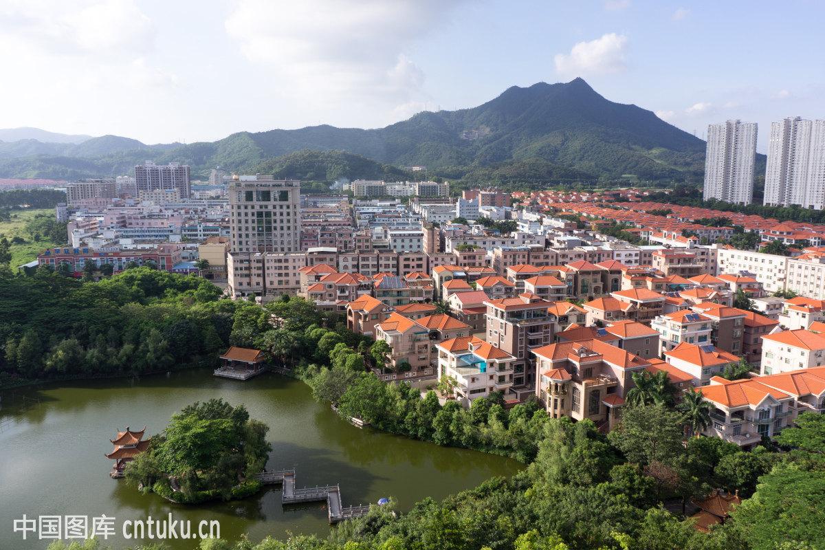 广东省东莞市长安镇长安公园湖泊曲桥水榭图片