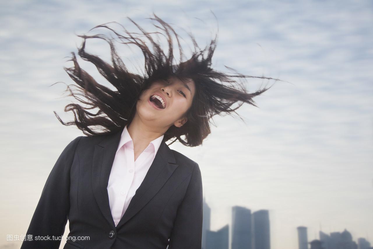 横图,正面情绪,站,长发,白天,西装,笑容,白昼,站立,黑发,长头发,风,黑图片
