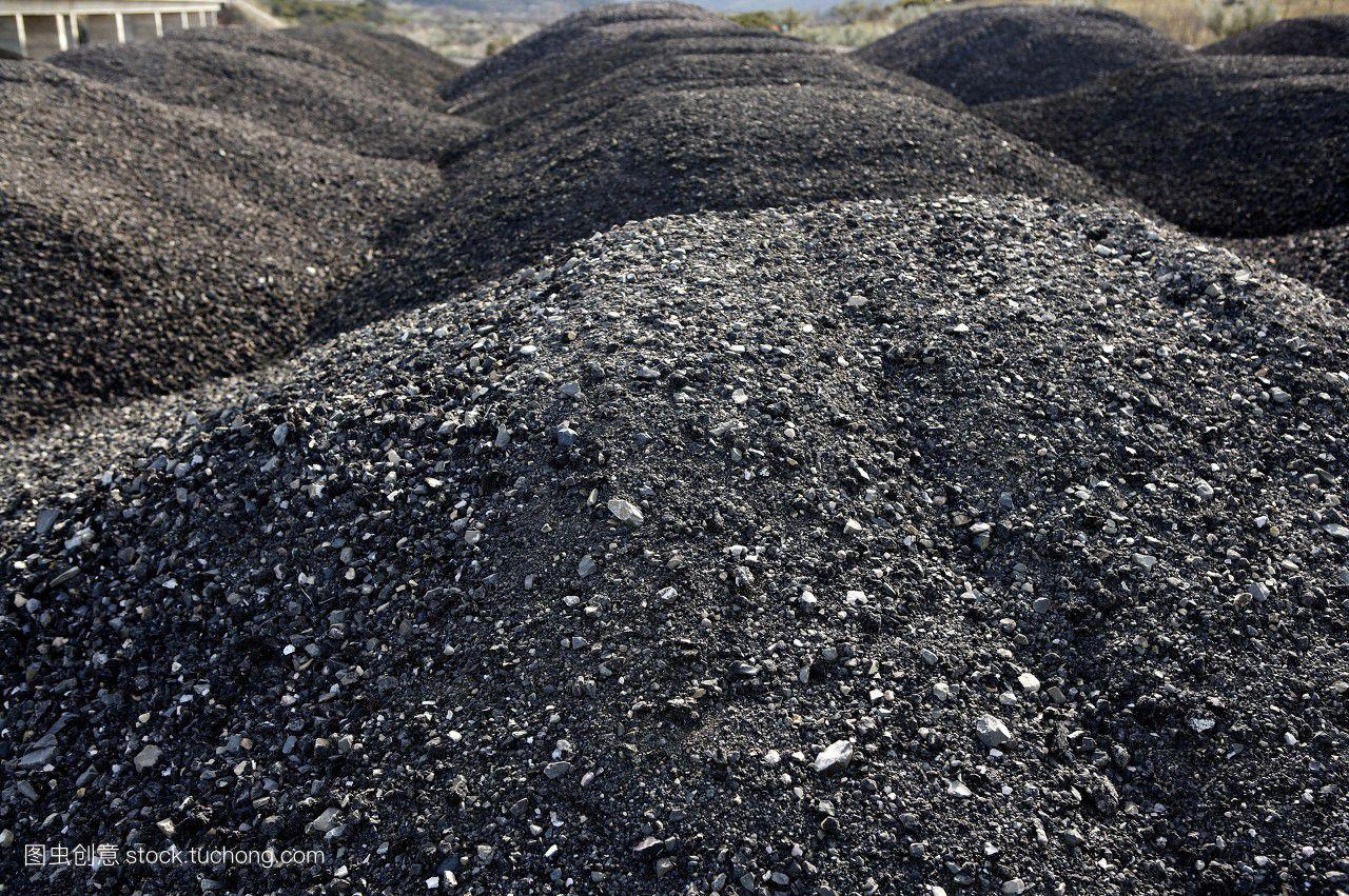 """男子采矿拾到一块""""球石""""整个矿场的人都为之惊只是普通晶体并不"""