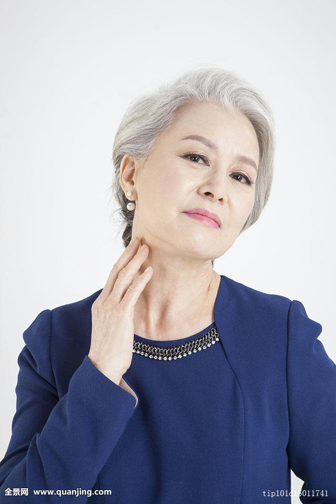 70多岁,种族,室内,棚拍,白色背景,概念,生活方式,套装,衣服,白发,发型图片