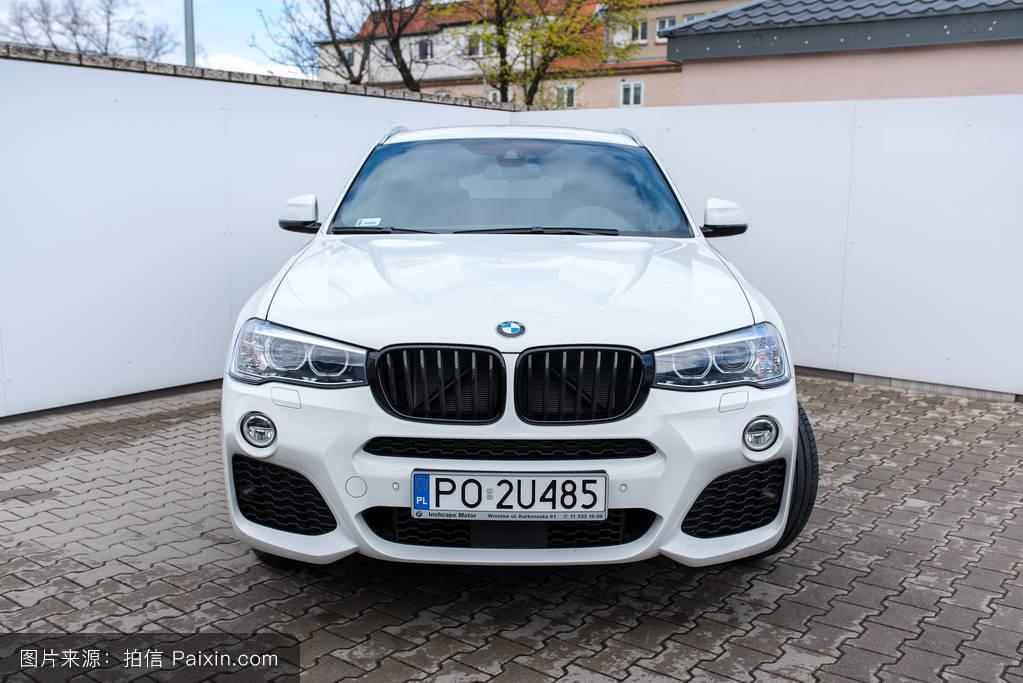 宝马新1��Y8�y:n�*�_新的白色宝马x1模型前,站在经销商的宝马英之杰汽车弗罗茨瓦夫在2017