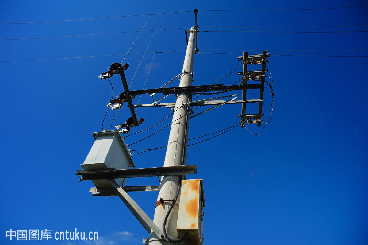 蓝天下的电线杆图片
