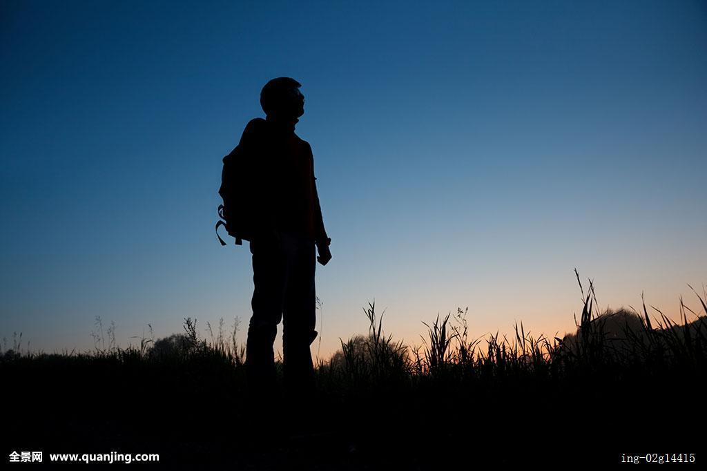 一个人背包旅行_照亮,孤单,看,草地,男人,郁闷,夜晚,郊外,一个,户外,轮廓,上方,人