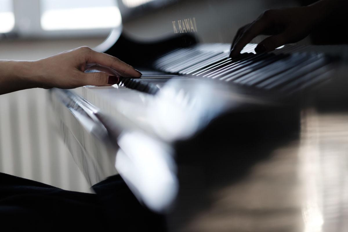 钢琴,琴行,练琴,琴房,指法,手指,音乐,乐器,黑白键,钢琴表演,弹奏图片