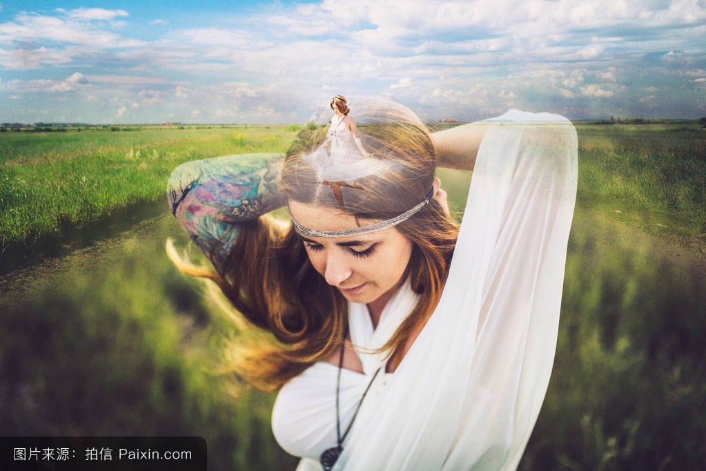 邢�9n�c.�.$�fa9lg�c.�fh_向下看,天空,阳光,女人,红发,日光,前视图,自然,sunlilght,多重曝光