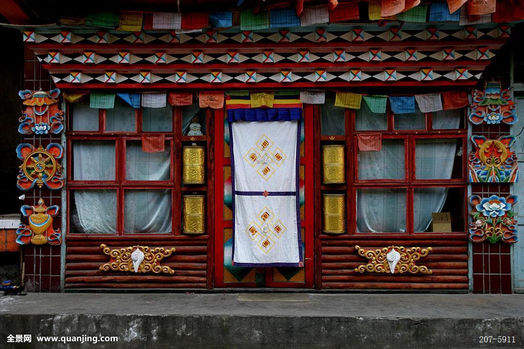四川甘孜州泸定磨西古镇街坊藏式酒吧图片