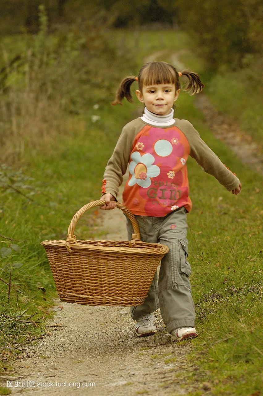 小孩,发型,捡起,建筑,全长,采摘,足迹,全身照,完整,全身肖像,孩子,裁图片