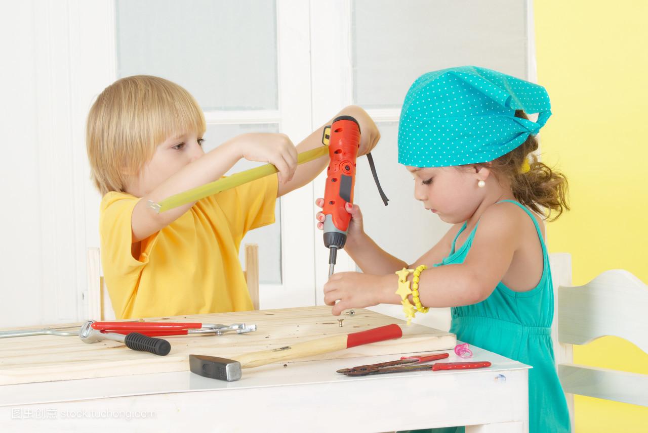 播放,木工,玩,红,玩耍,木匠,红色,朋友,玩闹,编织物,起子,螺丝刀,儿童图片
