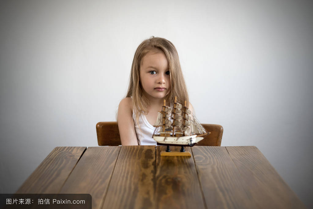 张�9�n[�n�KNY _在一张有小船的桌子旁的梦幻女孩