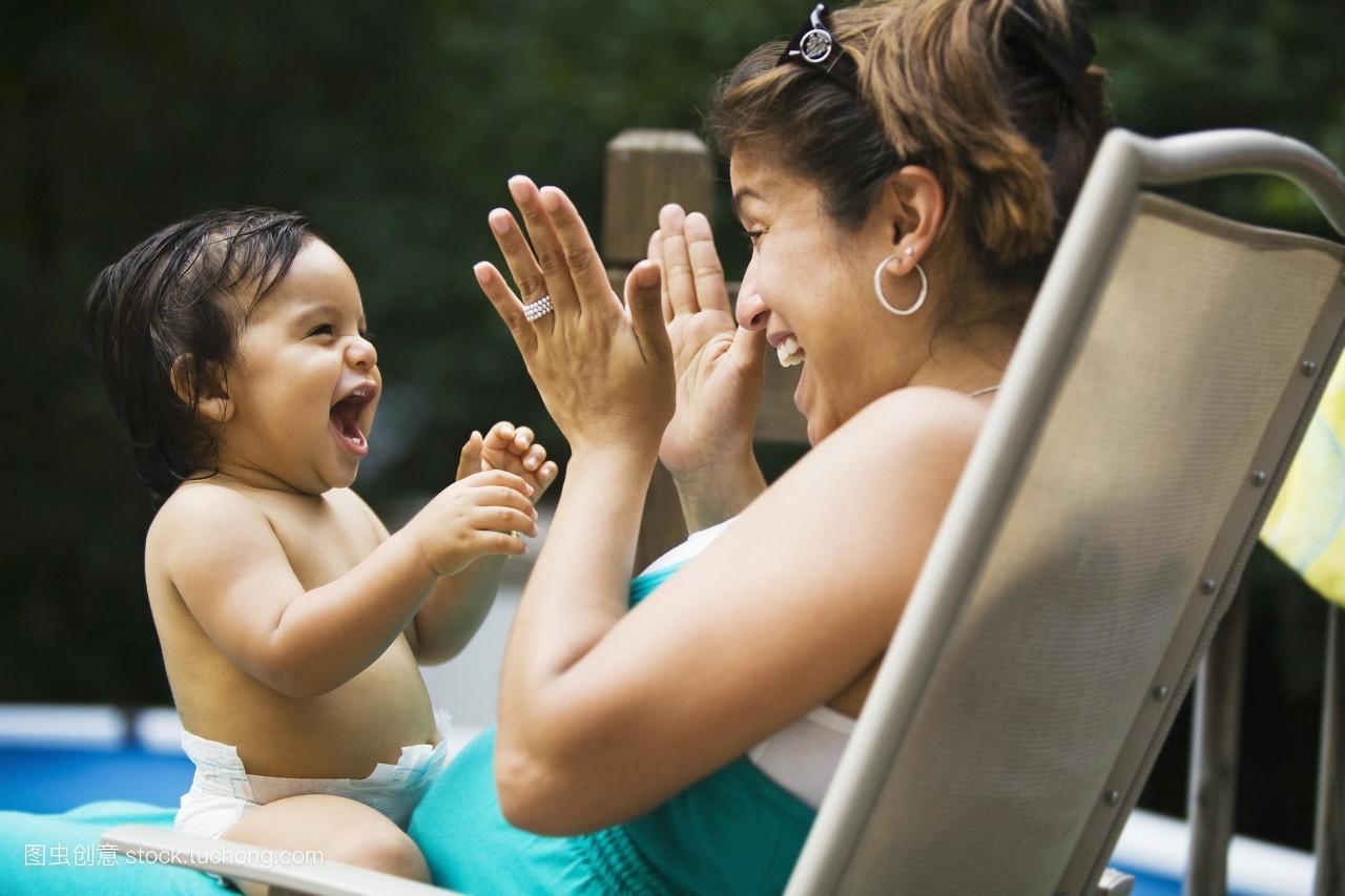 女裸野摸_彩色,怀孕的,拉美种族,消遣娱乐,微笑,玩耍,信任,感谢,女人,裸的,椅子