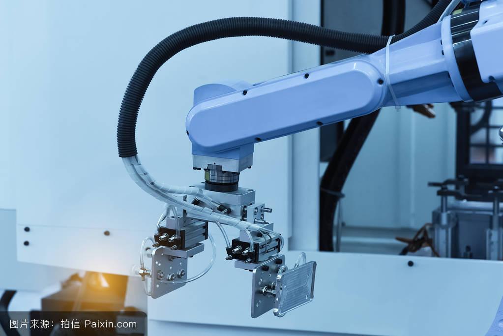 机器人在工厂工作,机械手控制器.图片