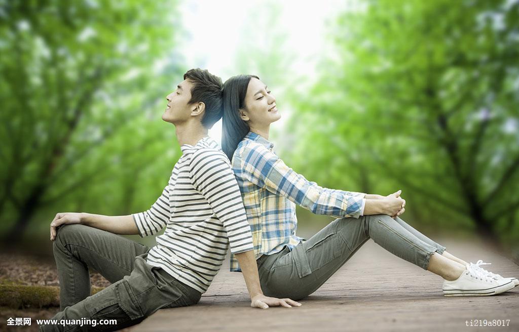 树,男性,闭眼,亚洲人,两个人,转,背影,地面,脸贴脸,木头,微笑,情侣,人图片