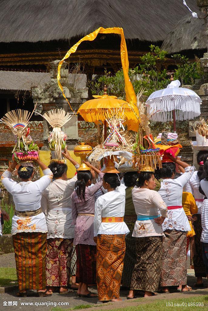 被称为天南贡品的是_信徒,女人,衣服,喜庆,供品,头部,布拉坦湖,庙宇,湖,印度尼西亚,东南亚
