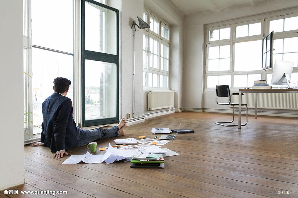 坐,工作,文件夹,叛逆,地面,思考,商务,白人,成人,40-45岁,职业,办公室图片