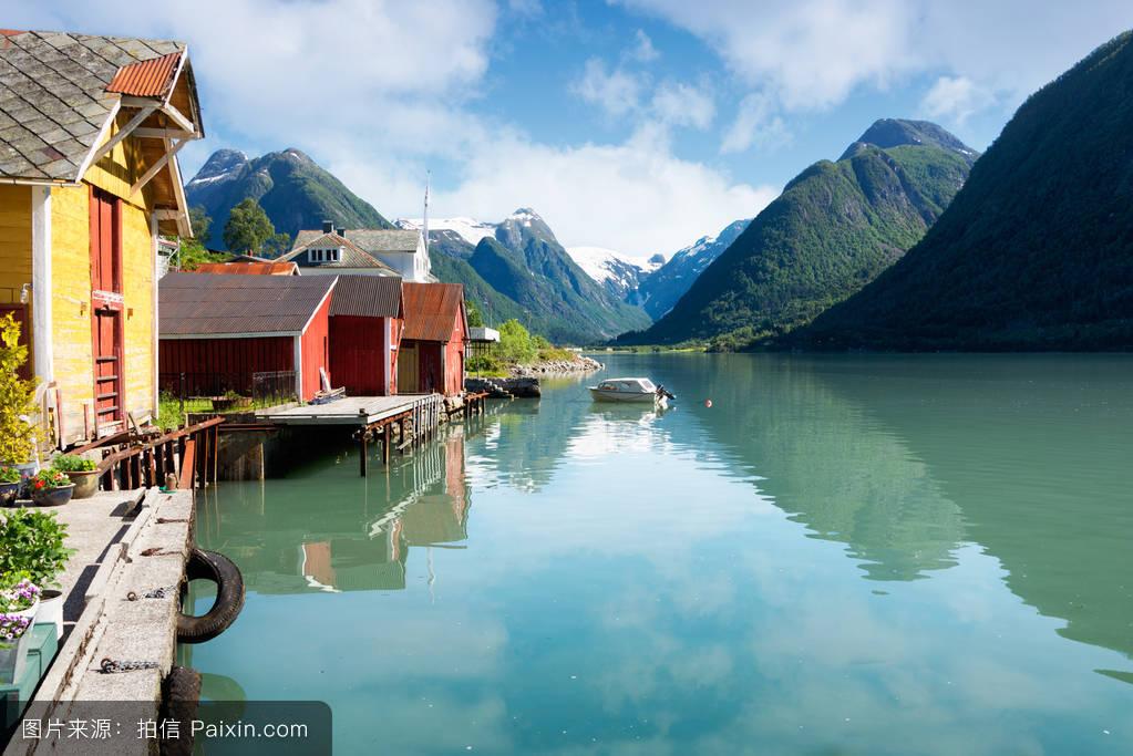 挪威有着多彩的房屋和山脉的峡湾