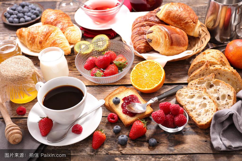 糕点和新鲜水果早餐图片