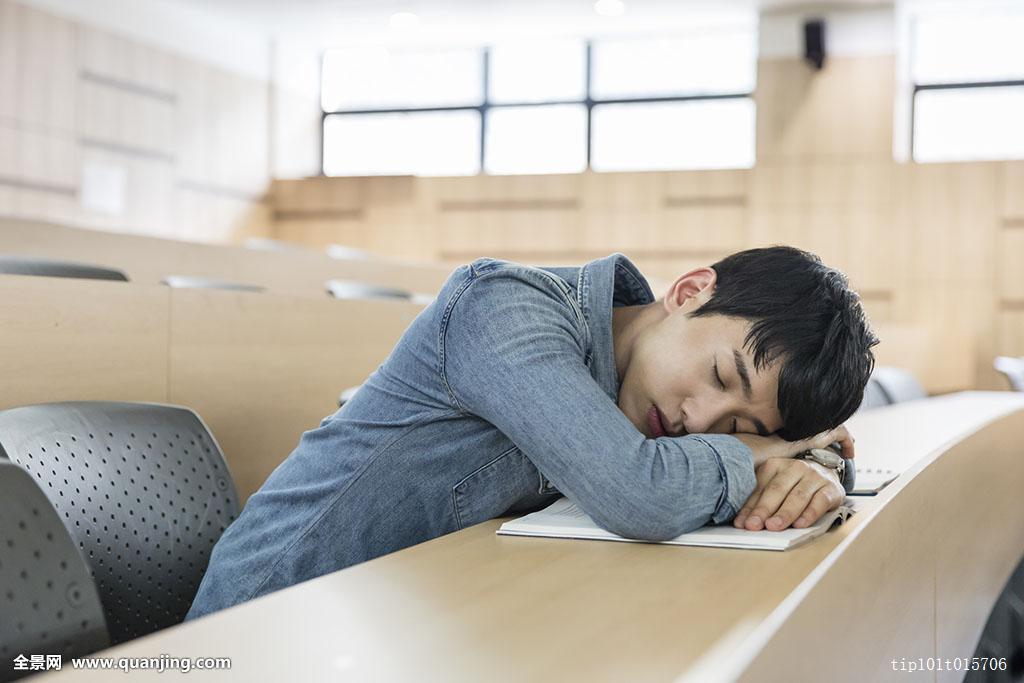 室内,年轻人,男青年,25-29岁,上半身,坐,趴着,睡觉,疲惫,闭眼,大学生图片