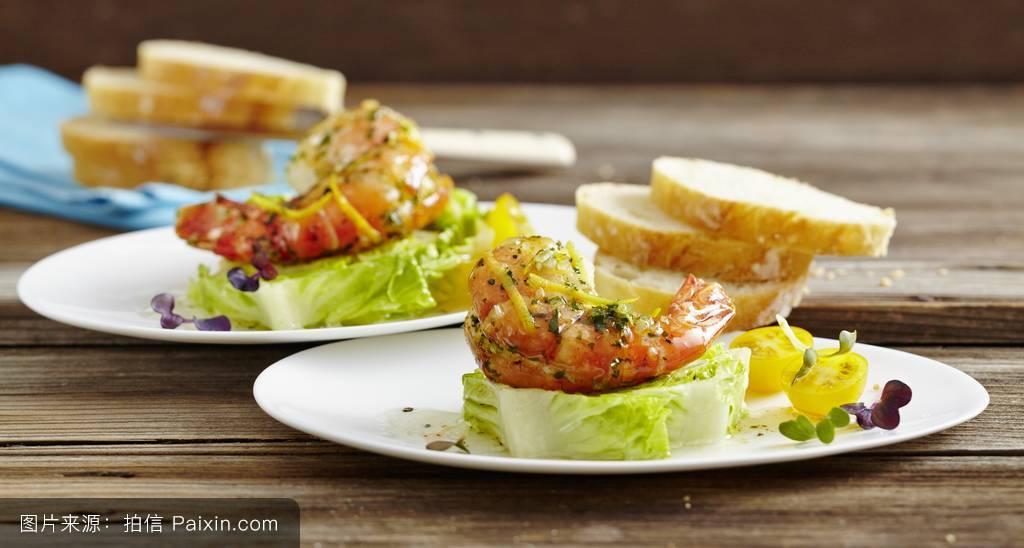 沙拉叶,番茄,第一道菜,变模糊,木材表,大明虾,堆叠,闭合,盘,素菜,食谱图片