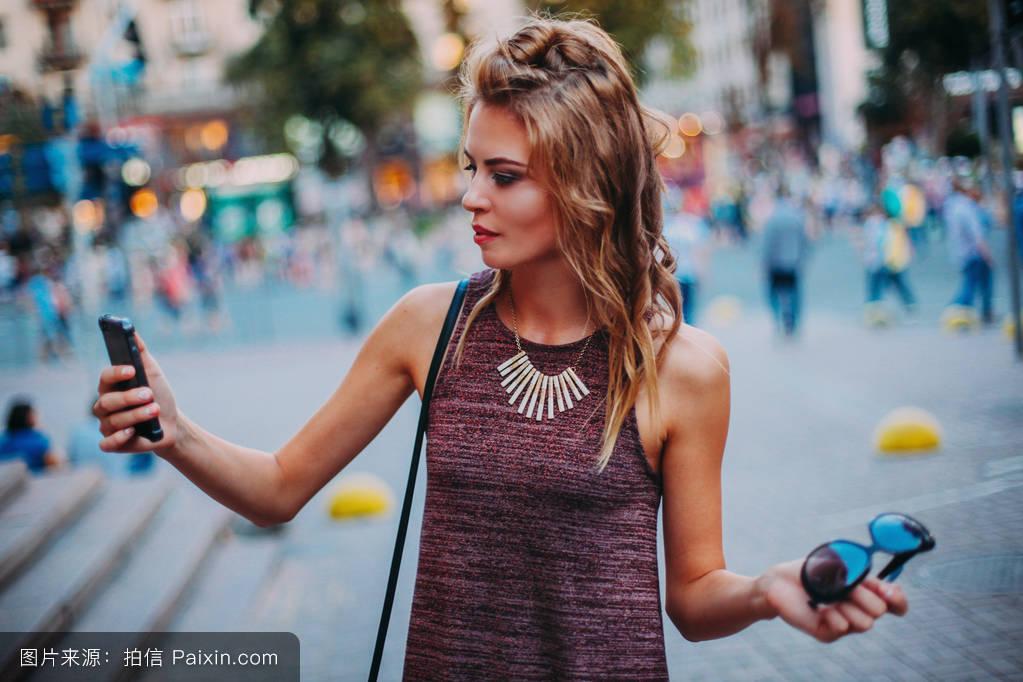国内自拍偷拍性爱_年轻迷人的金发女孩在自拍.性感.理想的专业发型和化妆.