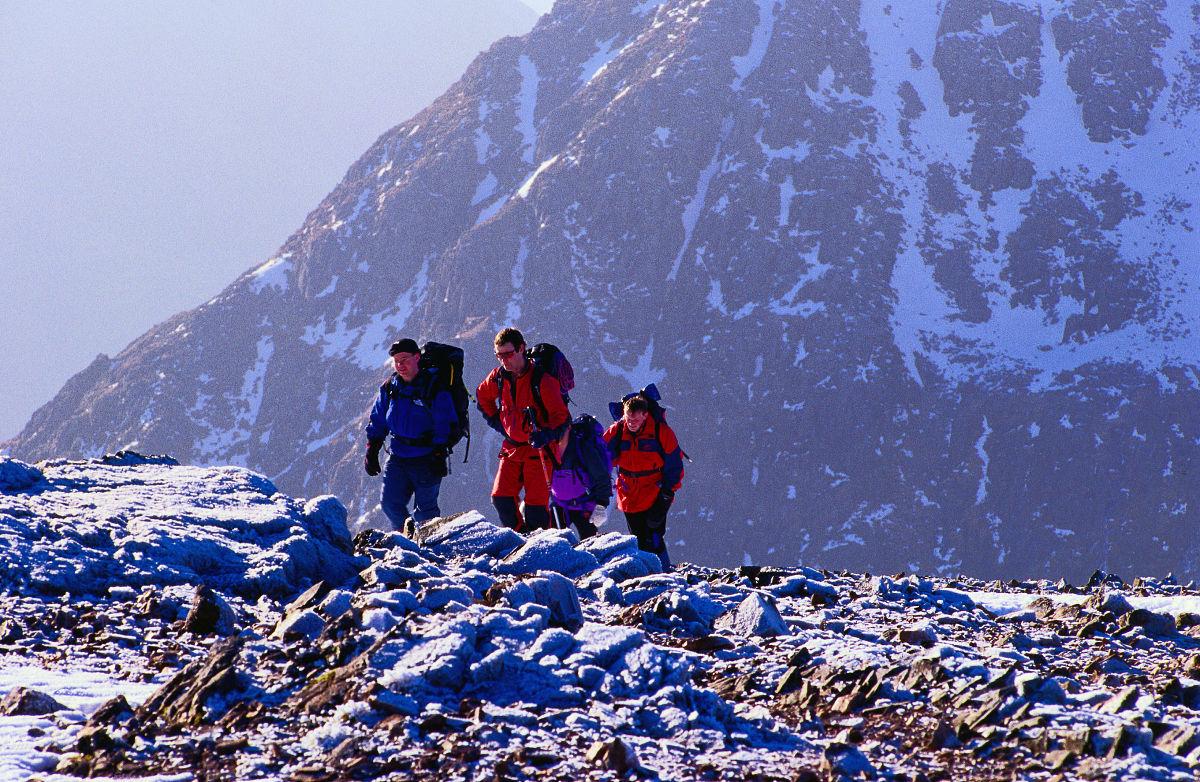 欧洲冬季运动白昼人四个人冬天探索布阿柴尔艾提莫峰爬山图片