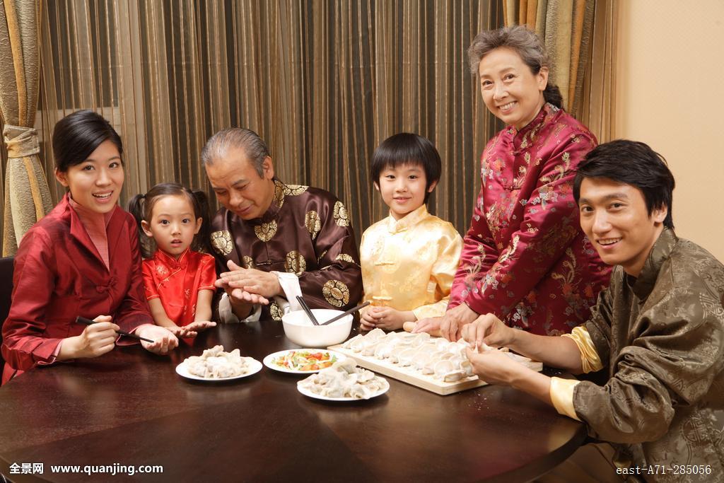 家庭,餐桌,节日,传统,春节,新年,传统服装,包饺子,全家福,温馨家园图片