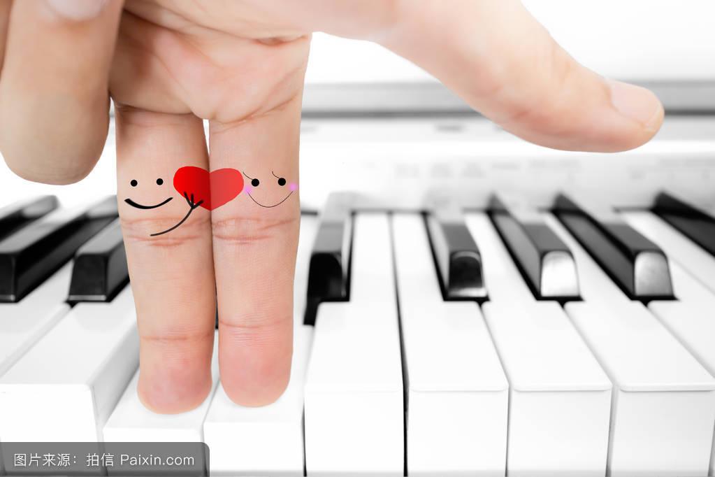 手指恋人送红心钢琴图片