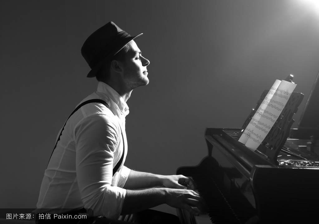 演奏黑白调钢琴的音乐家图片