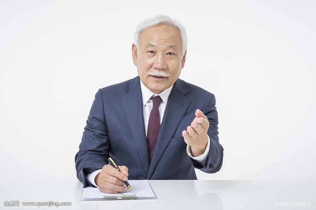 正面老人照片_人,成年,老人,65-69岁,亚洲人,韩国人,室内,棚拍,白色背景,套装,整洁