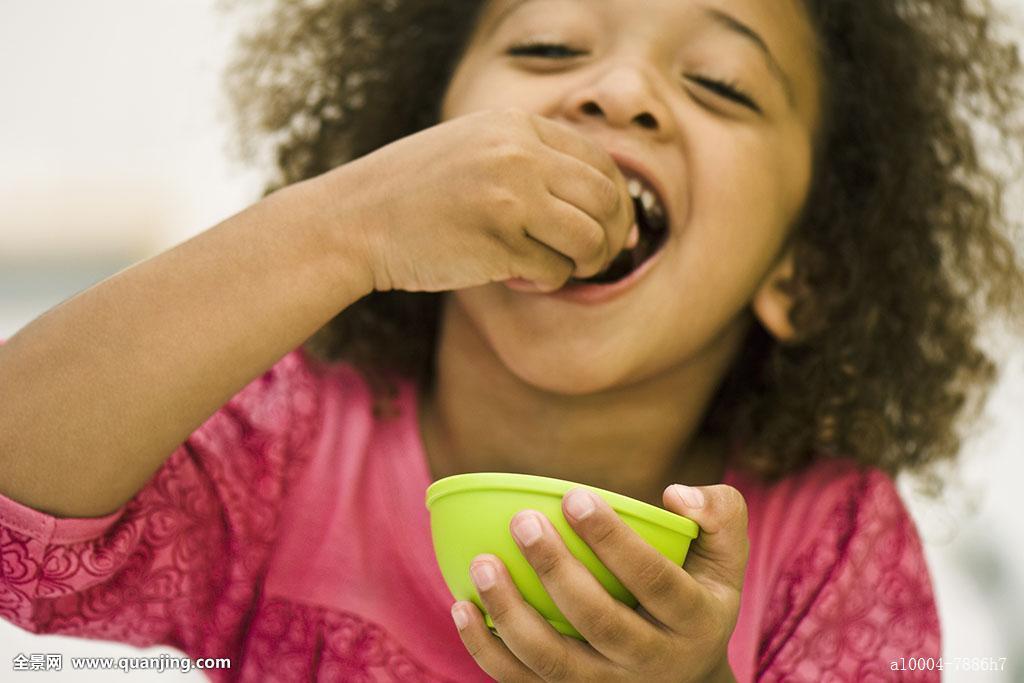 小女孩,孩子,餐食,吃,非洲人,一个人,女孩,只有一个女孩,非裔美国人图片