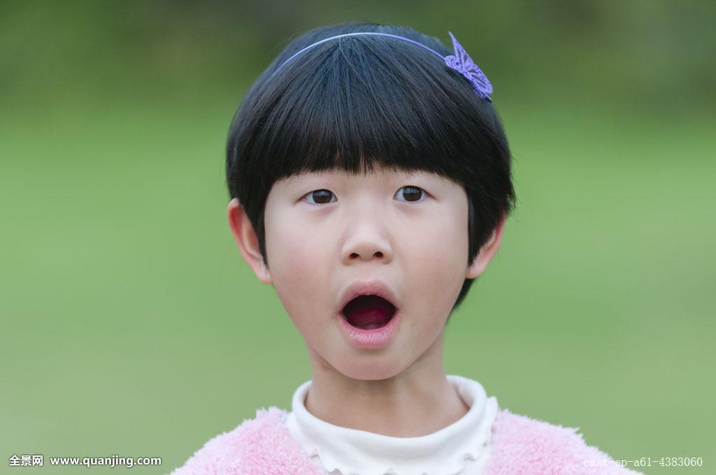 小女孩有趣的面部表情图片