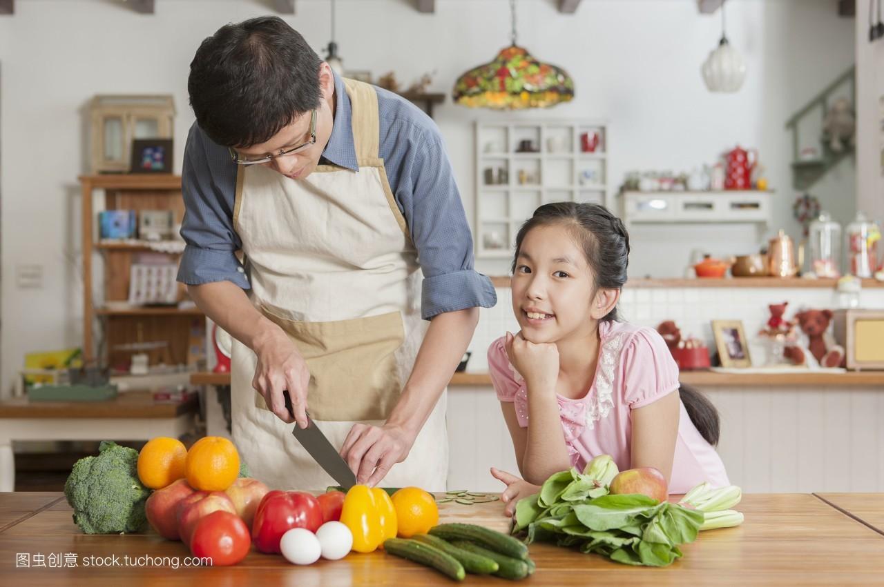 正面情绪,建筑物内部,家中厨房,温馨,厨房,亲情,纾压,乐活,一家人图片