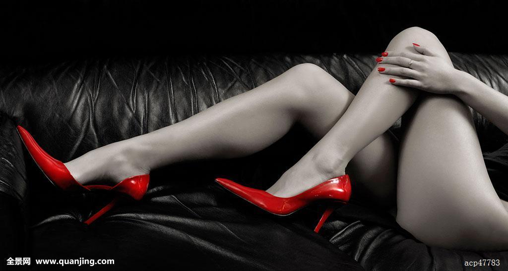 情色361_特写,长,性感,红色,高跟鞋,黑色背景,皮沙发