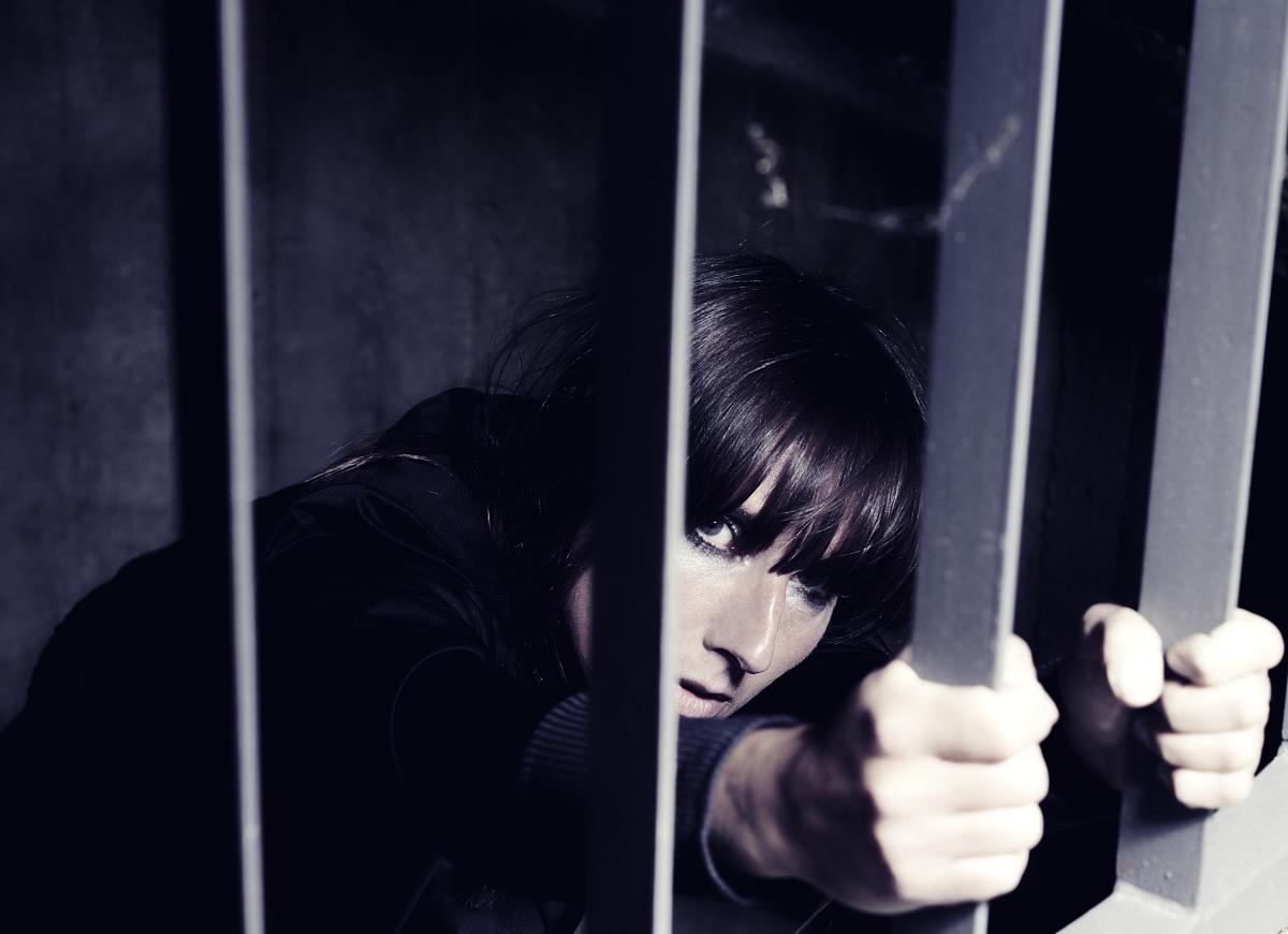 青年人监狱牢房罪犯彩色图片钢筋美术肖像自然美女女人