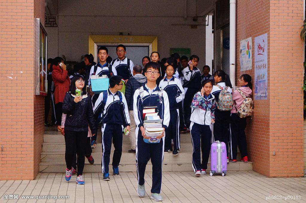 高中�yo�z+���_深圳高中学生在校园里