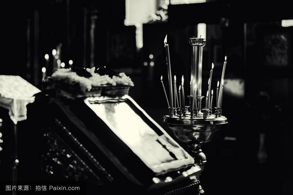 蜡烛明亮的st营救祭坛龟头发光的圣杯基督灵性服务白色