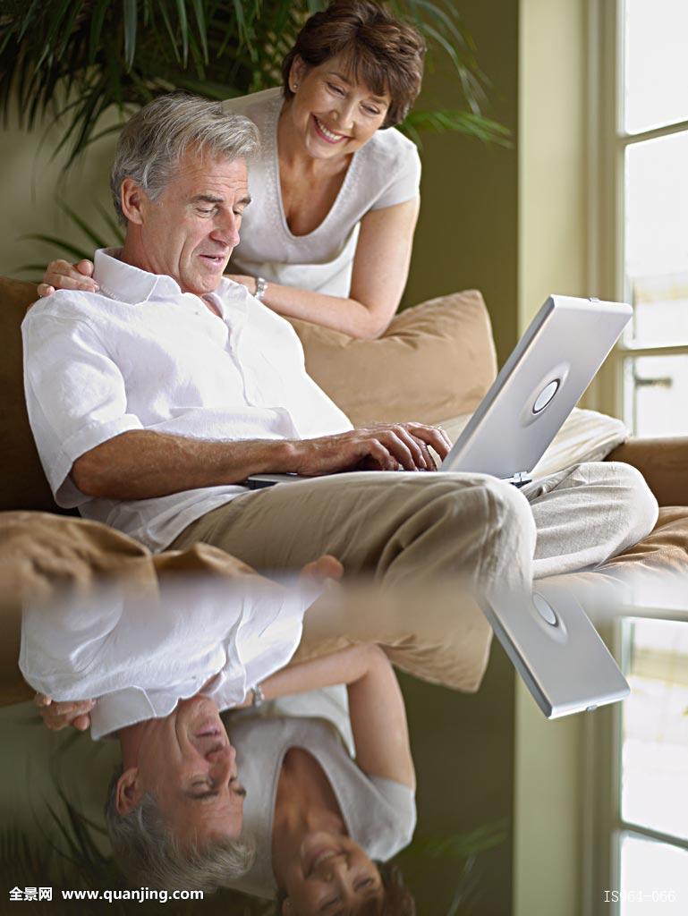 室内丈夫互联网笔记本电脑客厅看男男人成人成熟女人