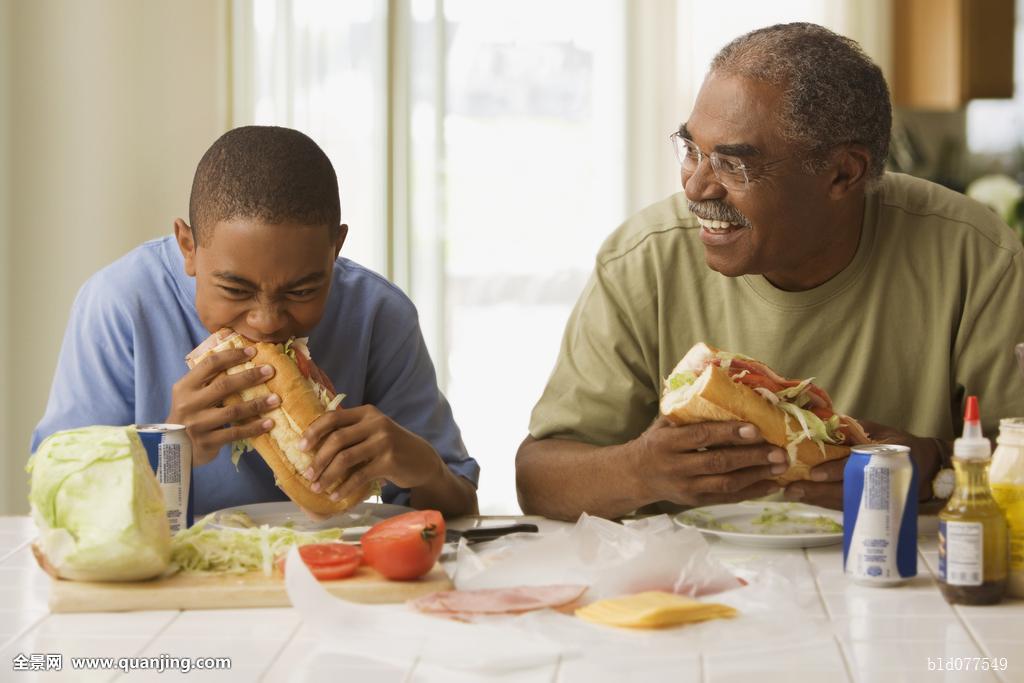 非洲,爷爷,孙子,吃饭,午餐图片
