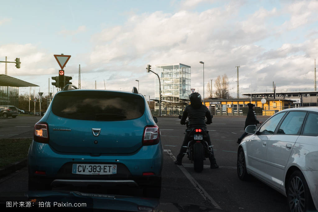 dacia sandero and other cars at red light in city