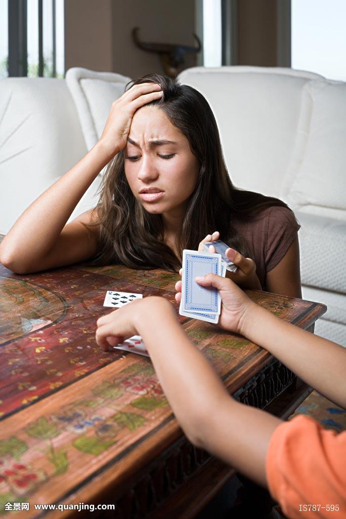 家庭家庭场景家居住所情感设备种族乐观表情表现厌倦女