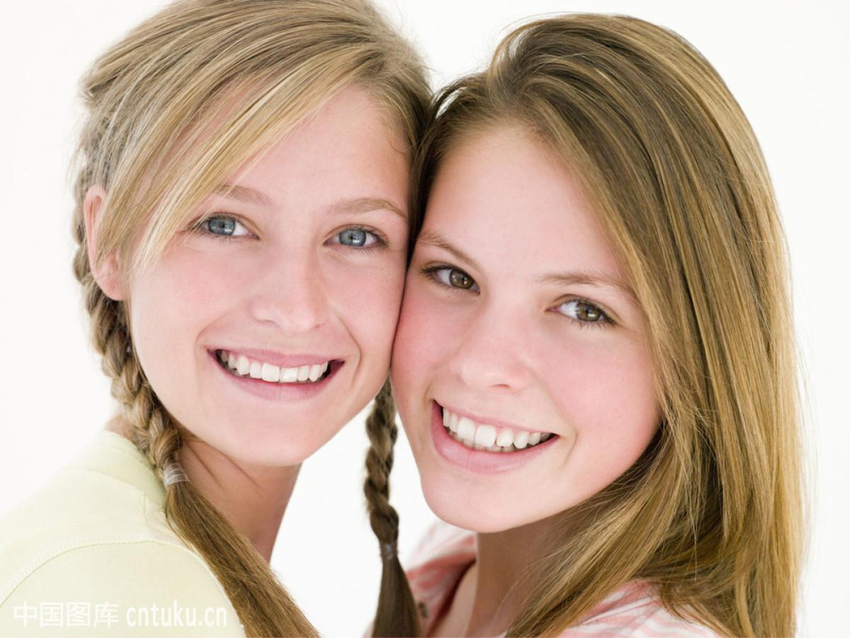 两个女朋友在一起微笑图片