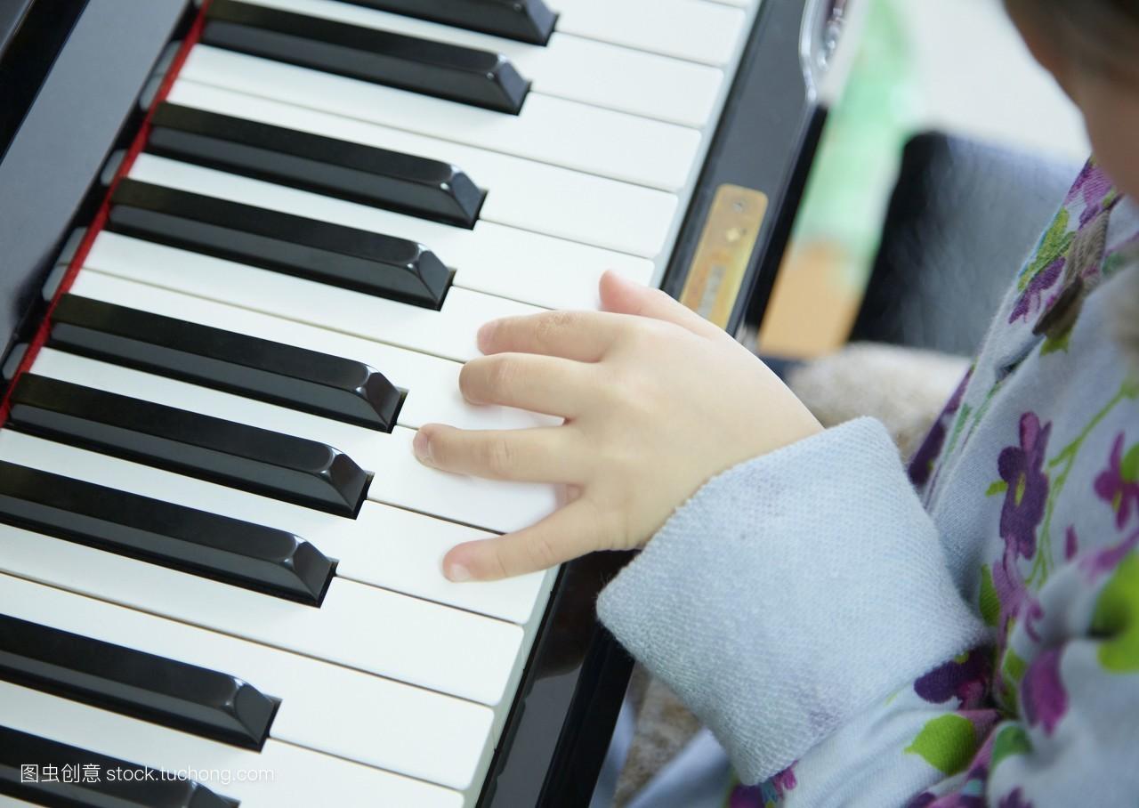 表现女人钢琴小孩环绕手小孩子锻练艺术键盘孩子