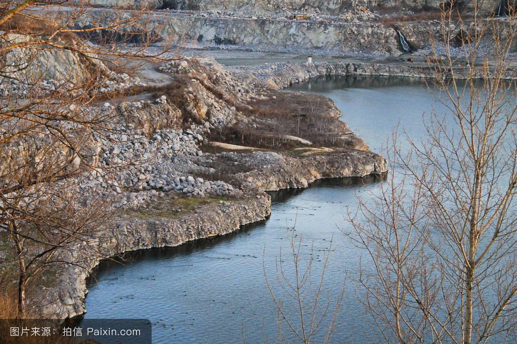 山���!�-��.�9`a�f-:##_%e9��石场的湖