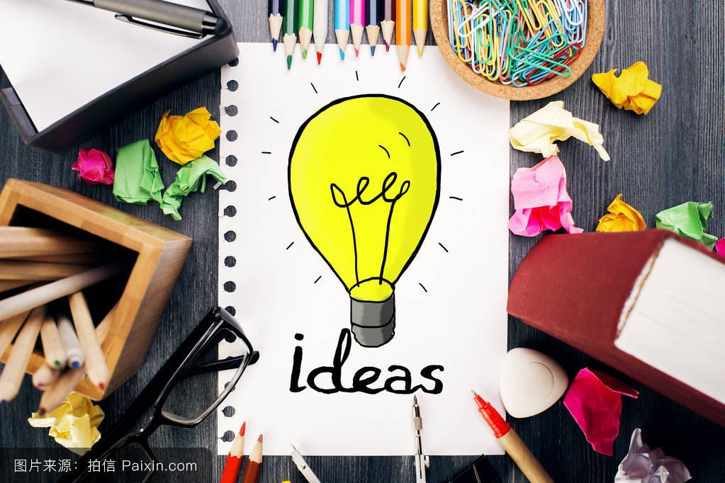 华丽的办公桌面与丰富多彩的用品和创意灯素描.思想观念图片