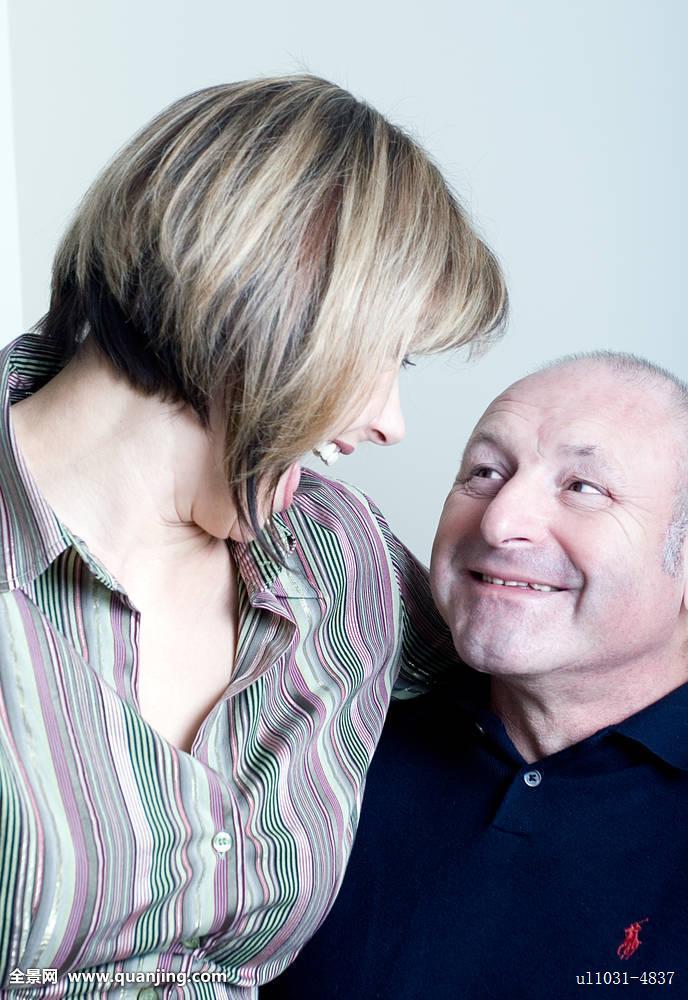 头像,高兴,中年,情侣,夫妻,对视,笑图片
